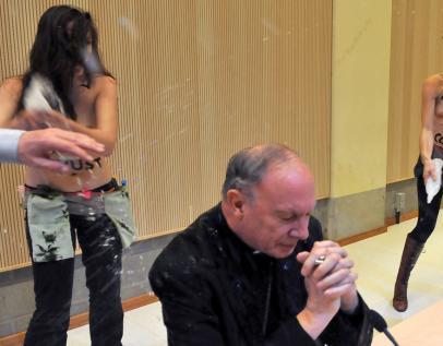 Напівголі FEMEN напали на примаса Бельгії