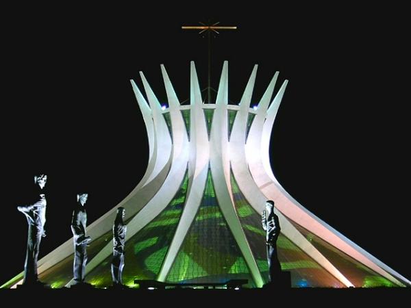 Собор Пресвятої Діви Марії. Кафедральний собор католицької архидієцезії Бразиліа споруджений в стилі модернізм за проектом відомого архітектора Оскара Німейера. У 1988-ому році Оскар Німейєр отримав Прітцкерівську премію за проект собору.