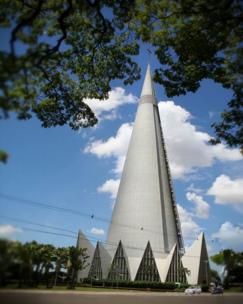 Мала базиліка Славної Богоматері. Це найвищий в Латинській Америці католицький собор. Його висота 114 м + 10-метровий хрест на вершині. Форма собору була створена під враженням від радянських супутників.