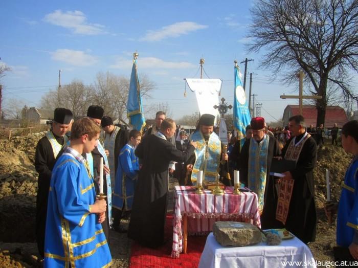 У Скалі-Подільській освятили наріжний камінь під будівництво нової церкви
