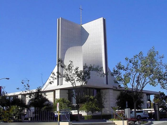 Собор Святої Марії в Сан-Франциско –  досить авангардна будівля, але місцеві архітектори називають його «розумним консервативним варіантом».