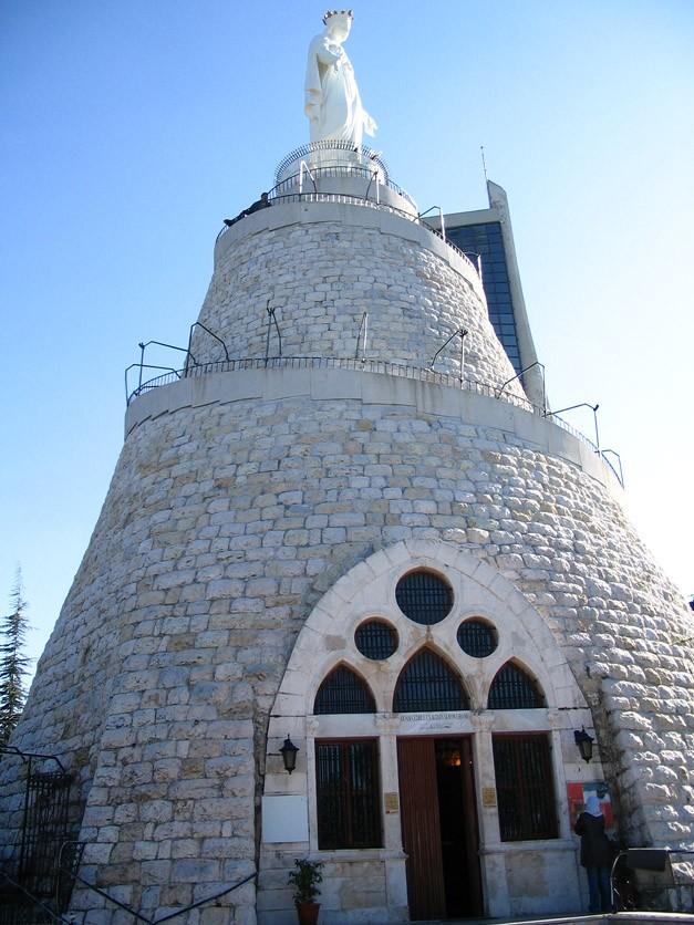 Церква Харісса в столиці Лівану - Бейруті. Складається з 2 частин: бронзова статуя Діви Марії, що важить п'ятнадцять, розташована на висоті 650 метрів над рівнем моря, виконана у візантійському стилі. Всередині статуї знаходиться маленька каплиця.