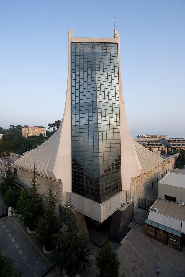 Друга частина Церкви Харісса - собор футуристичної форми зі скла і бетону. Цей комплекс - справжній християнський символ у Бейруті. Його також називають «Знамено християнства на Близькому Сході».
