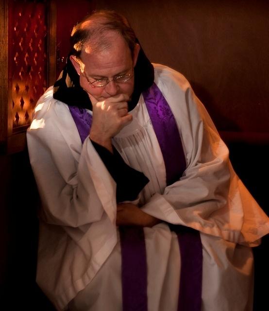 сповідь конфесіонал священик