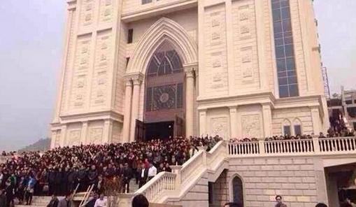У Китаї тисячі християн захищають собор від знесення