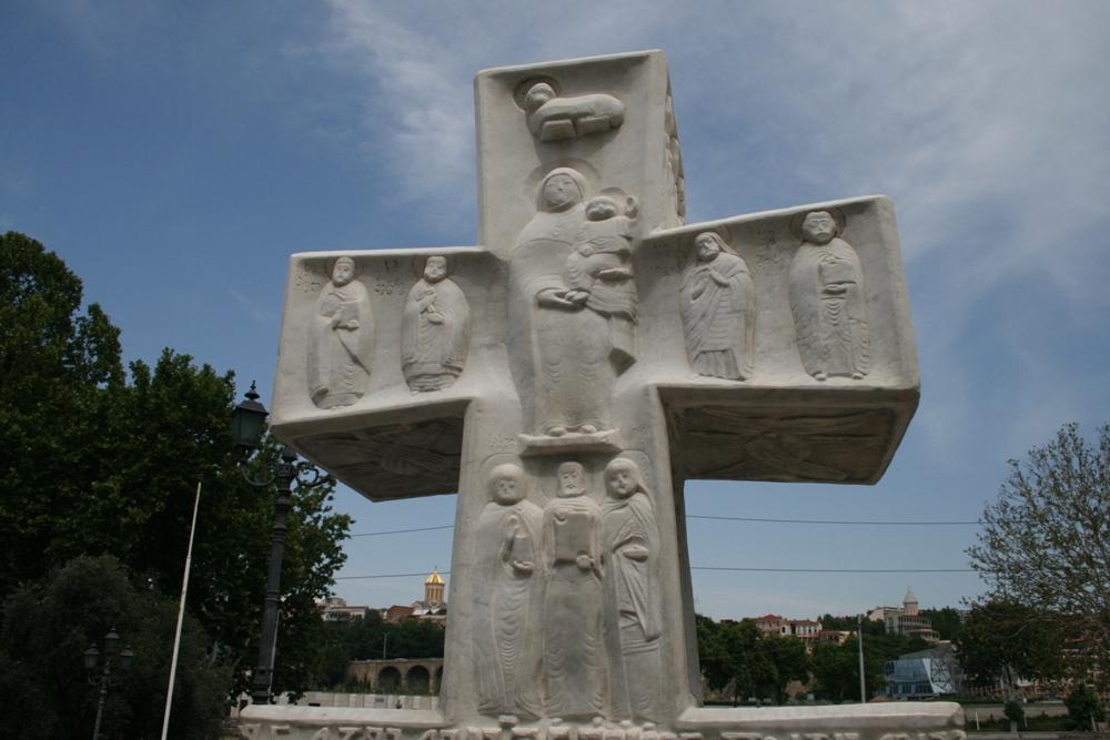 хрест на набережній вулиці