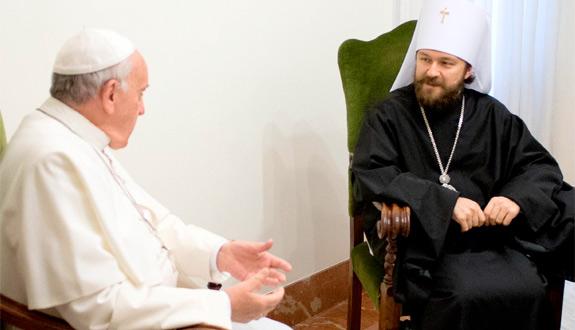 Папа Франциск та митрополит Іларіон. Фото  CNS photo/L'Osservatore Romano vi a Reuters