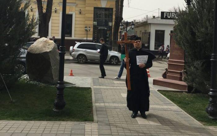 Католицький священик пікетував адміністрацію Сімферополя з вимогою землі під храм