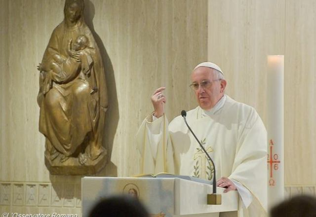 папа франциск ранішня меса білий орнат
