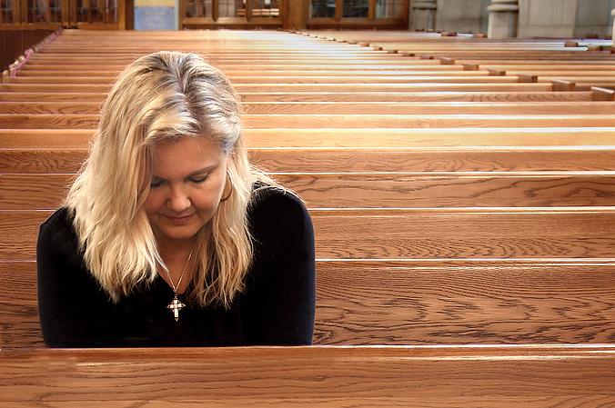 жінка молиться