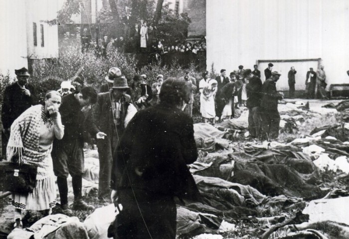 Львів'яни розшукують своїх рідних у подвір'ї в'язниці на вул. Лонцького. Червень 1941 р.