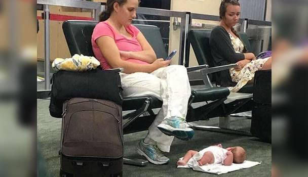 мати в аеропорту